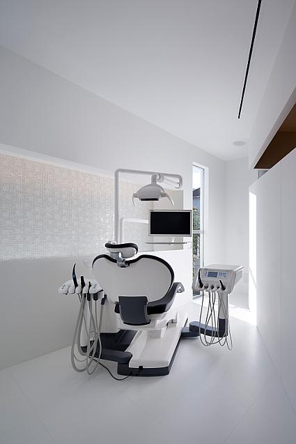 大阪の建築家による歯科医院クリニックの設計実例|斜めの造形によるインパクトと清潔感があるデザイン