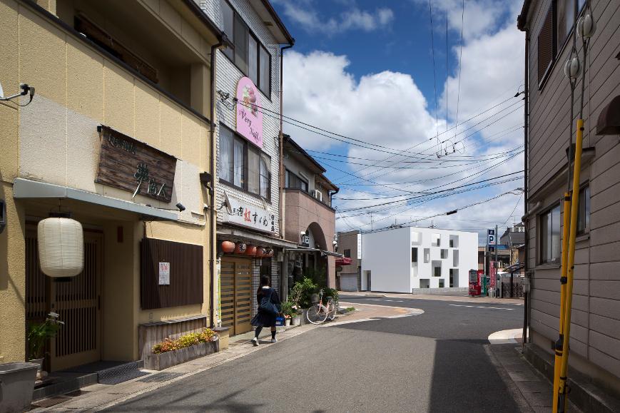 大阪の建築家による歯科医院クリニックの設計の実例|まちなみに際立つシンプルでインパクトのある外観