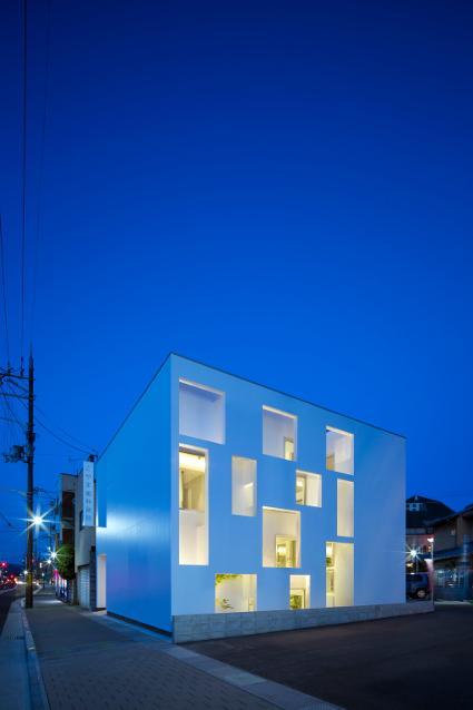 大阪の建築家による歯科医院クリニックの設計の実例|インパクトのある外観の夜景1