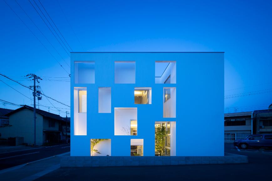大阪の建築家による歯科医院クリニックの設計の実例|インパクトのある外観の夜景2
