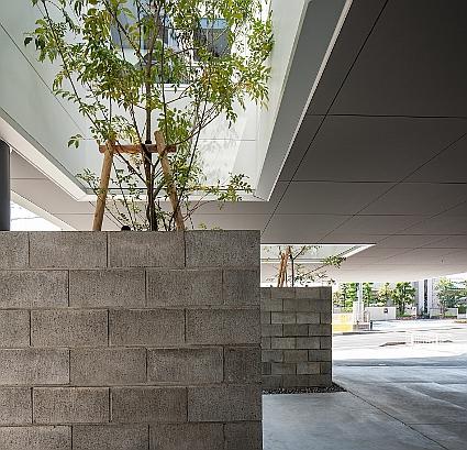 ピロティのインパクトがある演出|外観|鉄骨造2階建|ニチハサイディングコンテスト|2015年グランプリ受賞|大阪の建築家による皮膚科クリニック