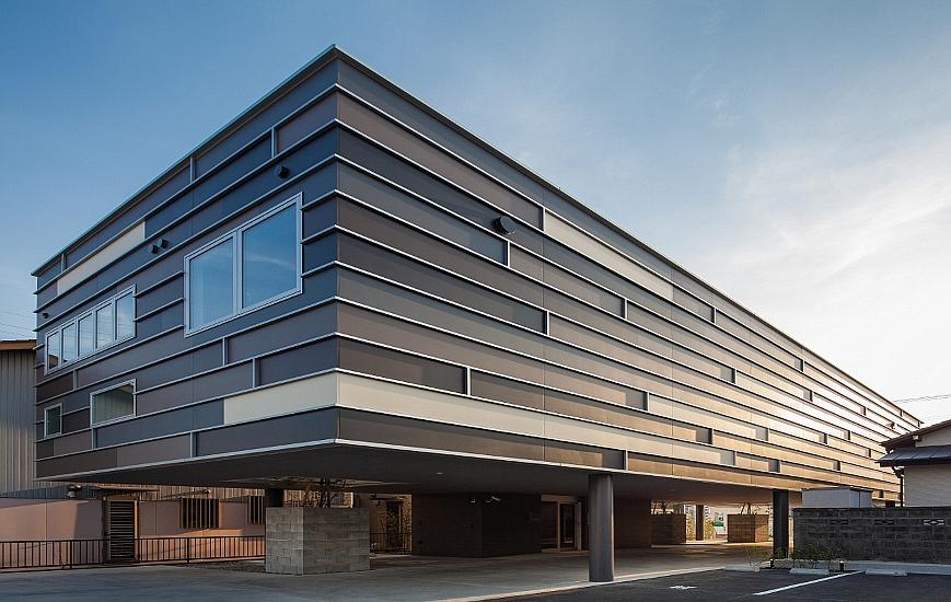 インパクトのある外観|ピロティがある鉄骨造2階建|ニチハサイディングコンテスト|2015年グランプリ受賞|大阪の建築家による皮膚科クリニック