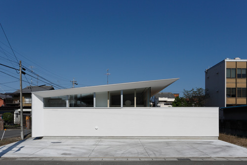 平屋のシンプルな大屋根の岐阜の平屋住宅の設計