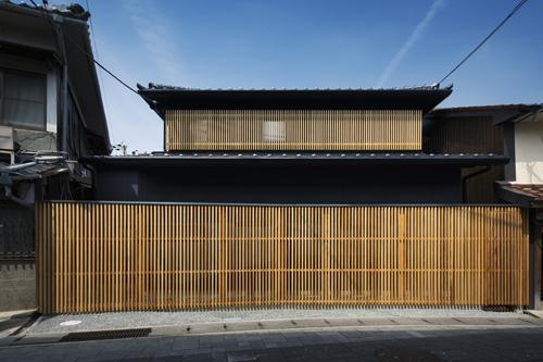 格子ルーバーと本瓦の外観の兵庫県たつの室津の和風住宅設計