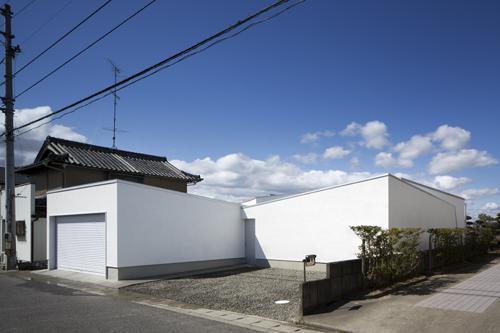 水盤と離れのある平屋のコートハウスの徳島鳴門の住宅設計