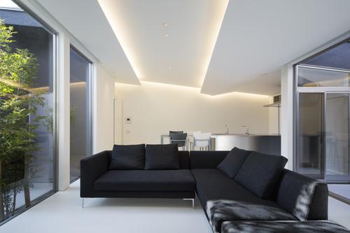 中庭の照明効果の平屋は三重の白いギャラリー住宅設計