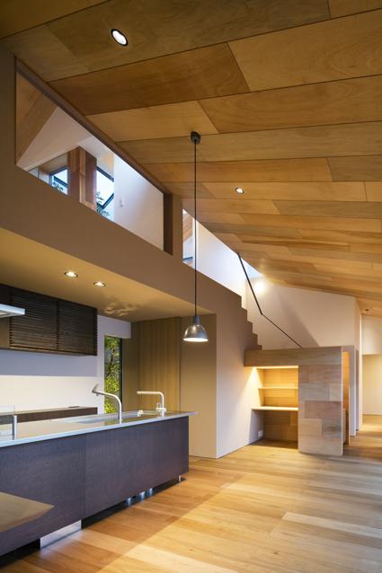愛媛の木の壁の吹抜けリビングダイニング住宅設計