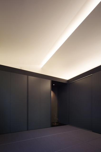 平屋の和室に仏壇収納のカラー畳と間接照明の三重の住宅設計