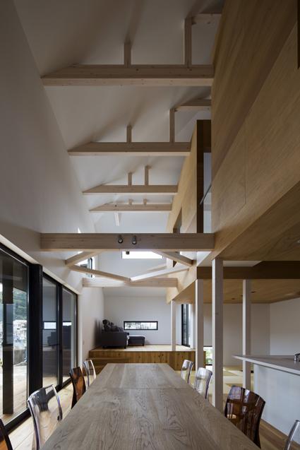 梁現しの天井が高い吹抜けは兵庫県たつの市神戸の和風住宅設計