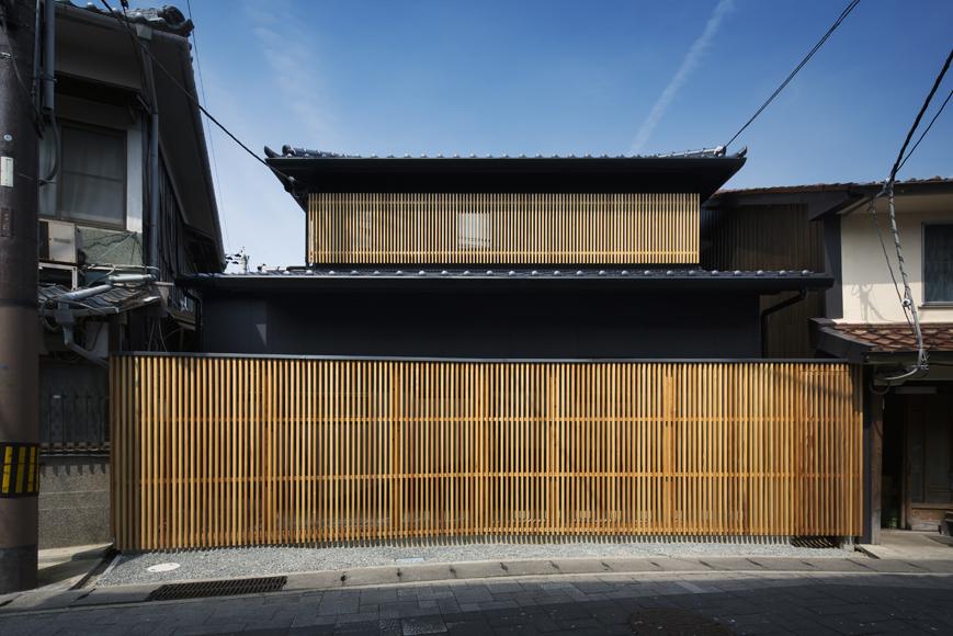 格子ルーバーと本瓦の外観の兵庫たつのの室津の和風住宅設計
