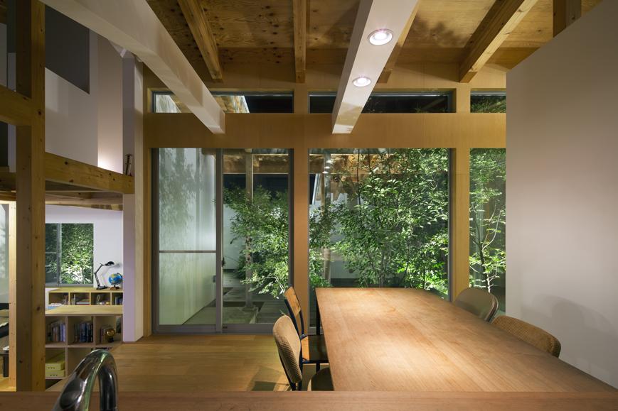 コートハウス中庭の梁現しアウトドアリビングダイニング住宅設計