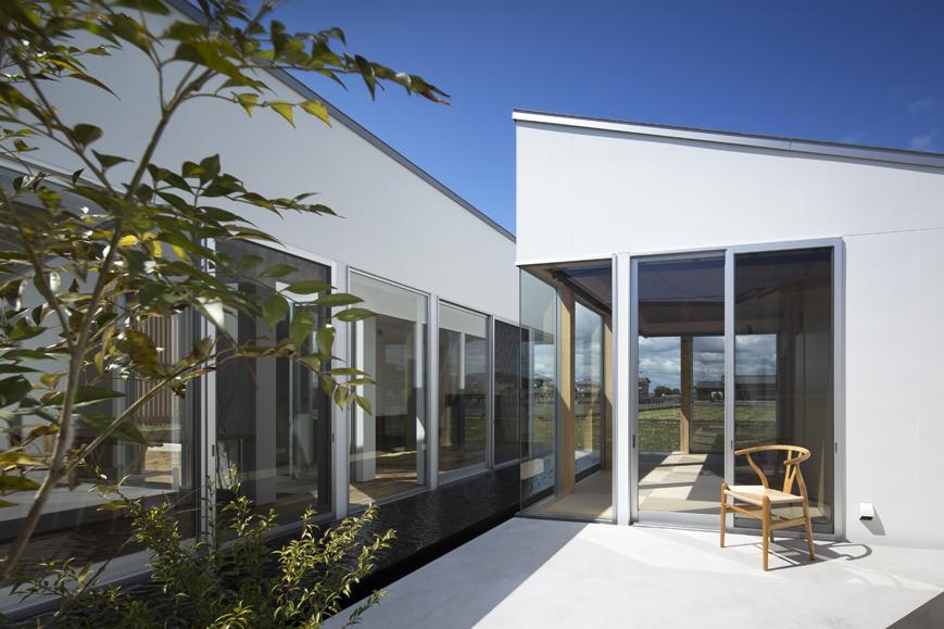 水盤を挟むリビングダイニングLDKと離れの徳島鳴門の平屋の住宅設計