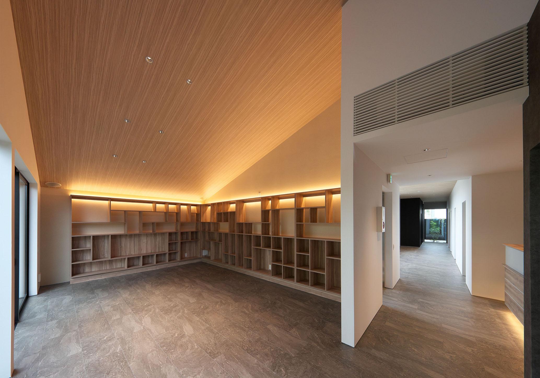 整形外科 クリニックデザイン 待合室 本棚 間接照明 平岡建築デザイン