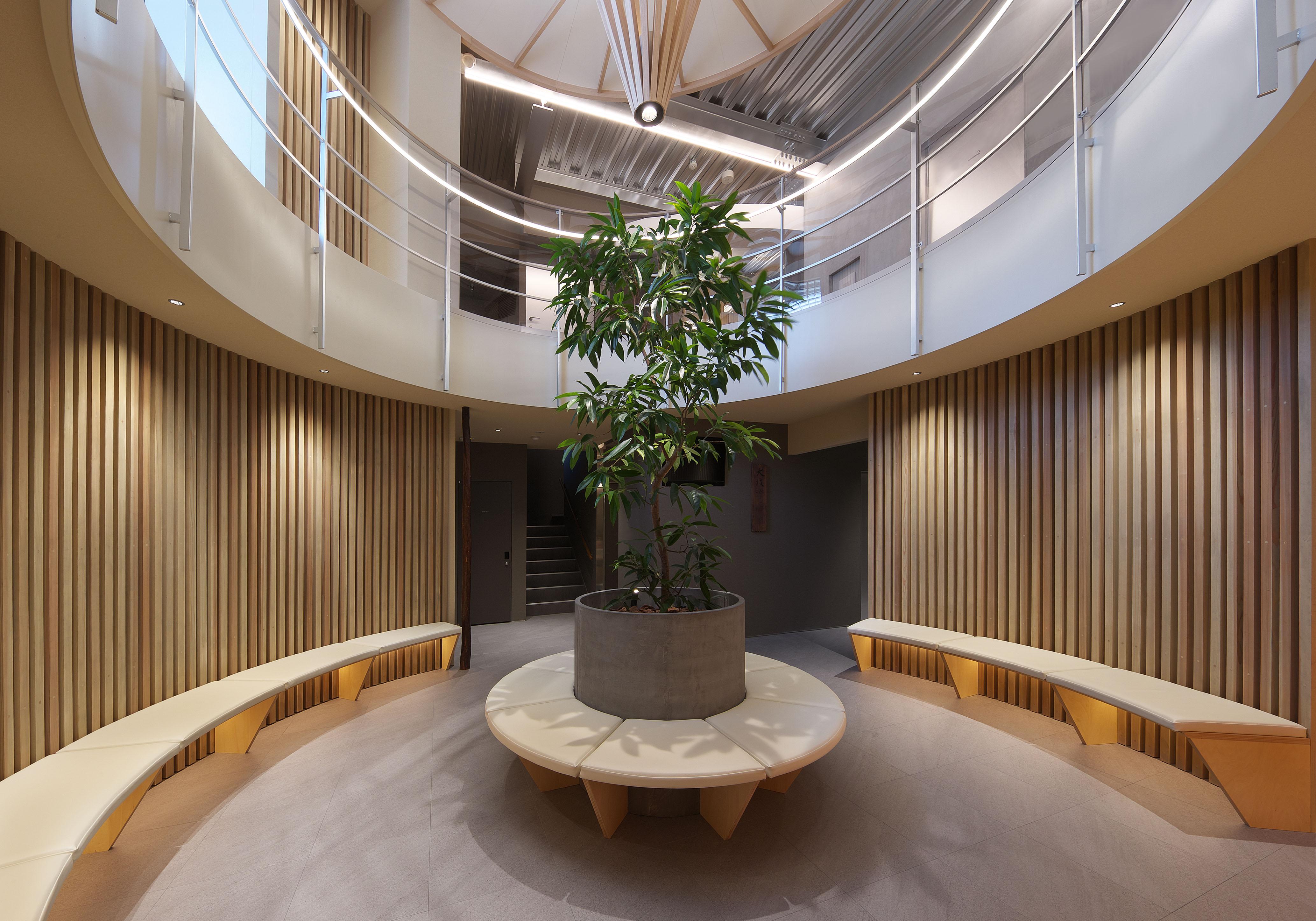 平岡建築デザインが設計した糖尿病内科と整形外科のなクリニックの待合室内装